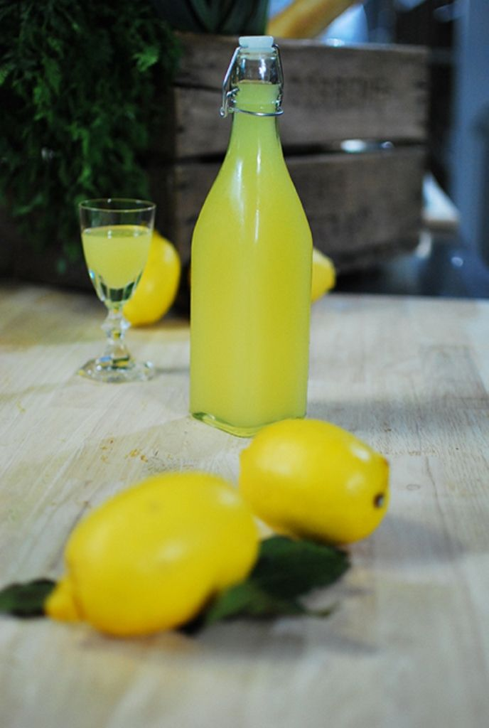 Bereiden: Schil de citroenen met een dunschiller. Doe de zestes samen met de alcohol in een grote bokaal. Schud goed door elkaar en laat de mengeling 4 dagen rusten. Breng nu 700 ml water samen met 600 gram suiker aan de kook zodat de suiker volledig oplost. Laat afkoelen.