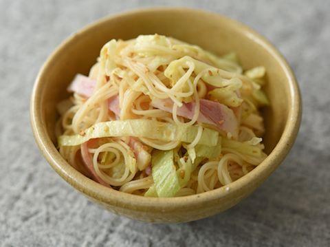 そうめん、レタス、ハムを使った、和え物とサラダの中間ような副菜です。レシピの材料には記載していませんが、好みで仕上げにマヨネーズを少し加えても美味しくなります。