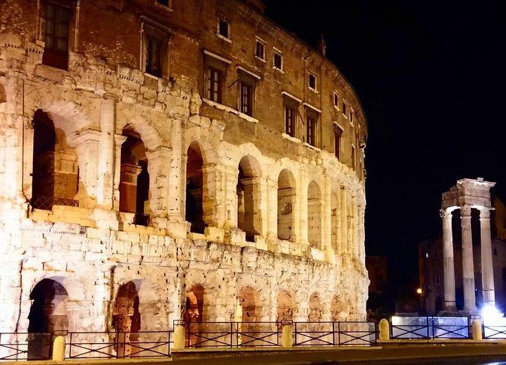O único teatro que restou em Roma. Esse é o teatro Marcello inaugurato em 17a.C. mas dedicato a Marcello sobrinho de Augusto somente em 13a.C. Lindo de ver! . Sigam no snapchat em_roma . #roma #rome #italia #italy #teatromarcelo #lindo #amazing #dicasdeviagem #viajandopelomundo #travellingaroundtheworld