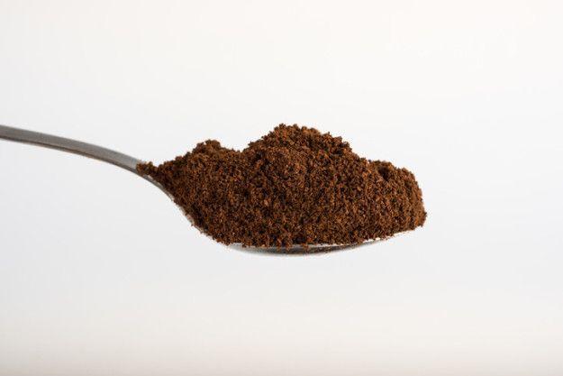 Deshazte del mal olor en tu alfombra con unas cucharadas de café en polvo. | 17 Trucos de limpieza que nos enseñó Instagram y que nunca te fallarán