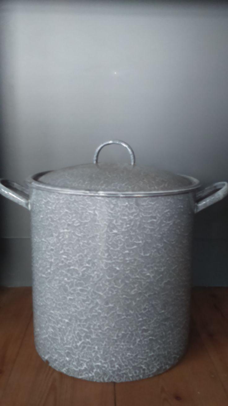 Verkocht. Gave grijs gewolkte pan, in zeer goede staat. 36 cm. 36 cm breed, en met handvaten erbij 52 cm breed. Je kunt er liters soep in koken.. Maar ik zou hem gebruiken als opberger! Hartstikke leuk in een hoek van de kamer!