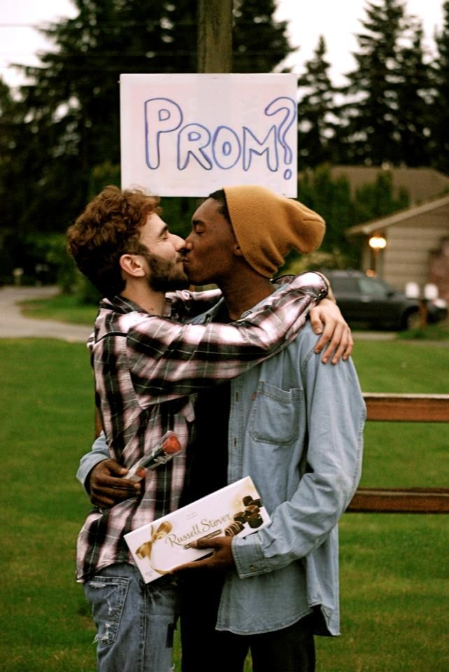 Gay dating first kiss