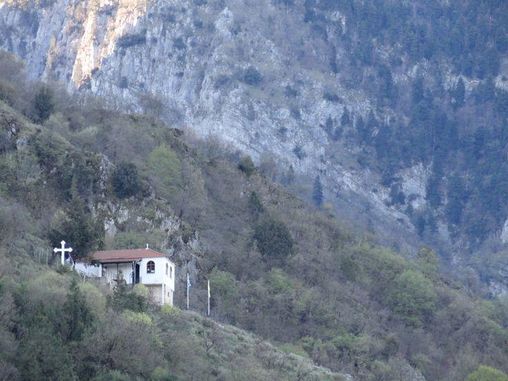 Σας στέλνουμε την καλημέρα μας από την Κόνιτσα και το ξενοδοχείο Ροδοβόλι. Στην φωτογραφία το εκκλησάκι της Αγίας Βαρβάρας, (το εκκλησάκι του Γέροντος Παϊσίου), που βρίσκεται σε απόσταση 20 λεπτά πεζοπορία από το ξενοδοχείο μας.