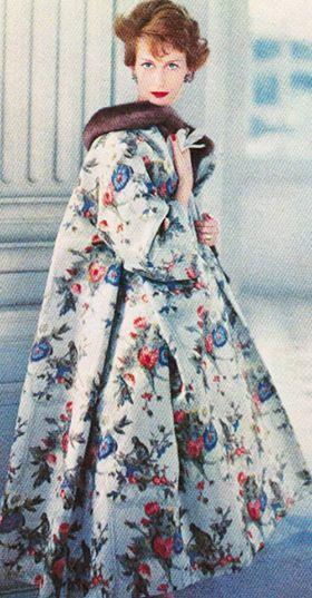 Modelo con abrigo estampado de Christian Dior, 1957