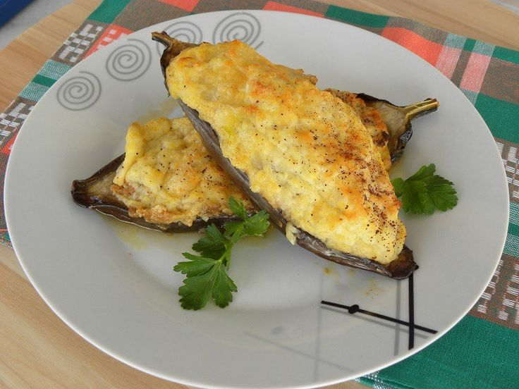 Melitzanes Papoutsakia (Stuffed Eggplants)  (pronounced pah-pou-TSA -kya) are stuffed eggplants with meat sauce, topped with a rich bechamel sauce and then baked.
