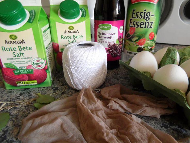 Das braucht man, um Ostereier natürlich zu färben: Rote Bete Saft, Koch- oder Häkelgarn, Nylonstrumpfhose, weiße Eier und Blätter