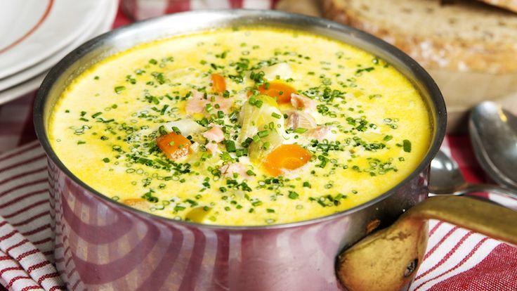 Rökt lax är toppengod smaksättare i soppa. Här är ett härligt recept på en snabblagad och krämig laxsoppa!