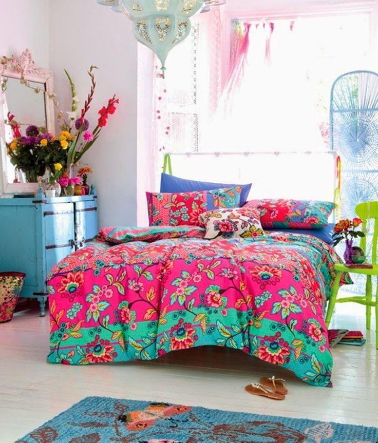 Een fel gekleurd dekbedovertrek en gekleurde decoratie niet genoeg kleur? Ga dan voor gekleurde meubels zoals deze groene stoel en blauw kastje.   Makeover.nl