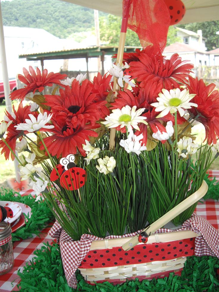 Adaline's Ladybug Picnic Birthday Party: Centerpieces (@Jenn Rian (Coolest Family on the Block) http://www.coolestfamilyontheblock.com)                                                                                                                                                                                 Más