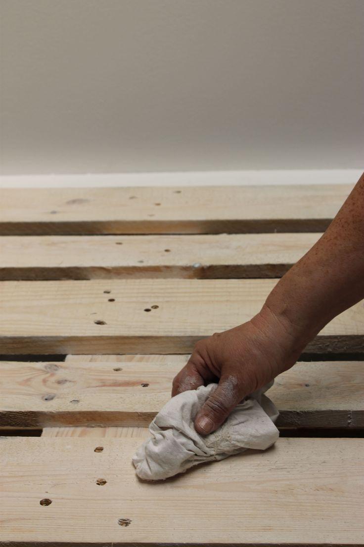 Meubelproducten.   Schuur voor je begint het oppervlakte. Breng daarna met een kwast de Meubelolie wit transparant aan en veeg het uit met een doek.