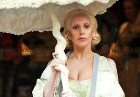 4-Nov-2013 10:06 - LADY GAGA GESPOT OP LEGOSCHOENEN VAN WINDE RIENSTRA. Lady Gaga is gespot op de witte legoschoenen van de Nederlandse ontwerpster Winde Rienstra. De schoeisels komen uit de SS13 'Ithaka' collectie die Winde ook op Amsterdam Fashion Week heeft geshowd.