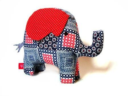 Elefante relleno de vellón, confeccionado en telas recuperadas.