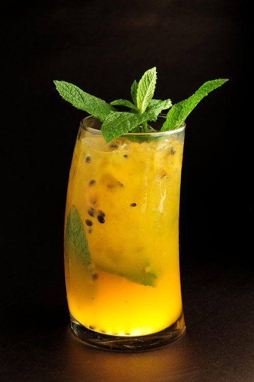 INGREDIENTES Jugo de Parchita (Maracuyá) Limón Ron Oscuro Hierbabuena Azúcar Jarabe de Melocotón Licor de Pera PREPARACIÓN Triture bien entre 8 y