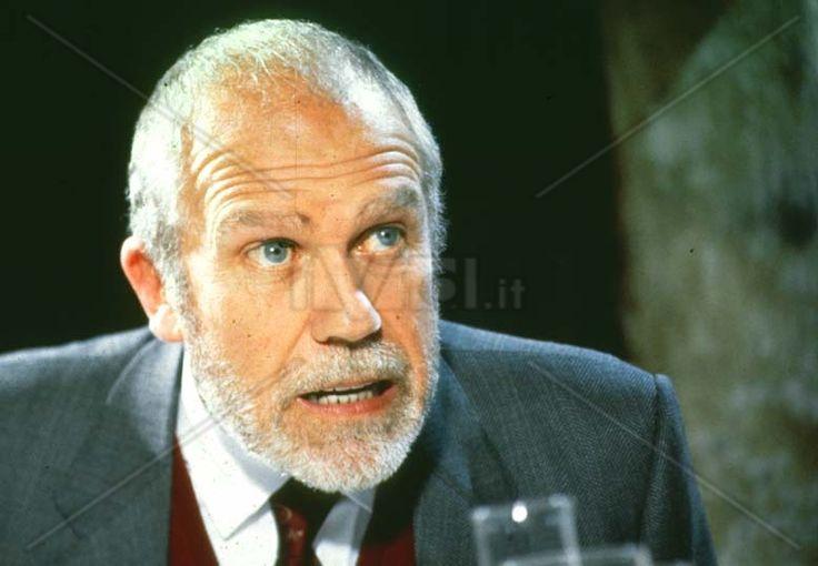 Gastone Moschin: attore cinematografico e di teatro,diventato famoso grazie al ruolo del vescovo nelle prime stagioni di Don Matteo
