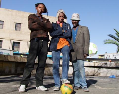 コラム日々是蹴球「ツォツイのボール」南アフリカではワルモノや不良のことを「ツォツイ」と呼ぶ...「日本のサッカー雑誌に載るかも」と伝えると、すかさずみんなカッコをつけたポーズをカマしてファインダーの中に競って入った。ツォツイもサッカーは大好きで憧れなのだ...