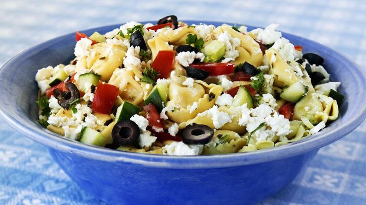 Der mediterrane Salat gelingt ganz leicht und ist in nur 25 Minuten fertig: Tortellinisalat mit Feta | http://eatsmarter.de/rezepte/tortellinisalat-mit-feta