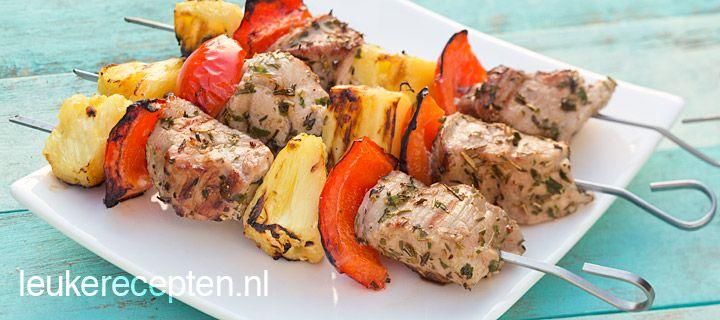 Varkenshaas met ananas spies / * 1 rode paprika * 350 gr varkenshaas * Stukken verse ananas of uit blik * 2 eetl olijfolie * 1 eetl Provençaalse kruiden * Peper en zout