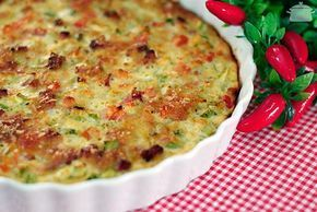 Torta de Abobrinha com Bacon | - 2 xícaras (chá) de abobrinha cortada em cubinhos (+ ou - uma abobrinha grande ou duas pequenas); - 1 tomate pequeno sem semente picado; - 1 cebola pequena picada; - 1/2 xícara (chá) de bacon picado; - 2 ovos; - 2 colheres (sopa) de farinha de trigo; - 4 colheres (sopa) de leite; - 4 colheres (sopa) de parmesão ralado (2 para a massa e 2 para polvilhar por cima); - 1 colher bem rasa (sopa) de fermento em pó; - sal e pimenta à gosto.