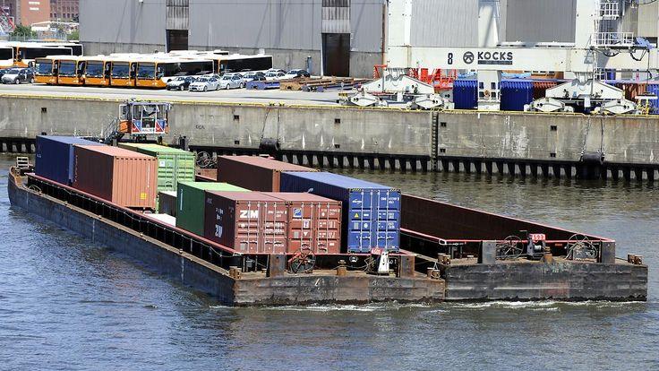Ein Vermisster nach Zusammenstoß: Sportboot rammt Binnenschiff in Hamburg