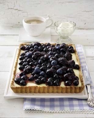 Puddingtarte mit Blaubeeren und Brombeeren