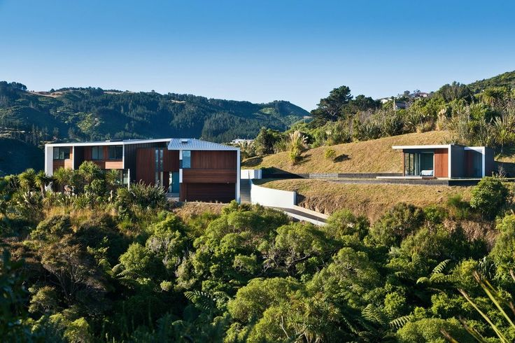 This house sits on an elevated site with  expansive harbour views to the south and a narrower view down to a green valley to the north.