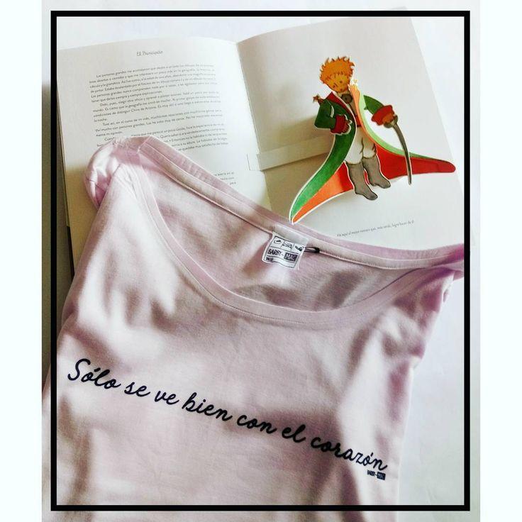 Por acá pasó papá Noel y me trajo éste libro hermoso  soy fan del principito por eso tengo varias estampas con sus frases que no me canso de leer.  Me pareció linda ésta para subir hoy pensando en éstos días de fiestas y que todo es alboroto sería lindo desear fuerte que todos podamos ver desde el corazón y sobre todo ver y mirar al que tenemos al lado sin juzgar sólo desde el corazón. . . . . . . . . . . #bmac #barbymac #remeron #remeras #remera #hombre #mujer #boy #look #estampas…