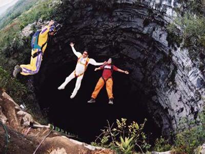 Sótano de las Golondrinas, llamada también como la Cueva de las Golondrinas, se conoce localmente e incluso su fama pasa sus fronteras, en cuanto a sus dimensiones, esta tiene una sección de pendiente que mide 160 por 205 pies, y luego nos lleva a una gran sala que se abre en una caída vertical hasta el fondo de la cueva.