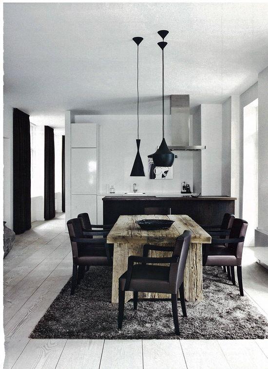 Beautiful black and white kitchen. Contemporain et chaleureux à la fois... Très belle réussite ! Luminaire très impressionant. Beau set de cuisine. Beautiful kitchen furniture