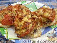 Выложите на филе жареные грибы с луком и ломтики помидора.