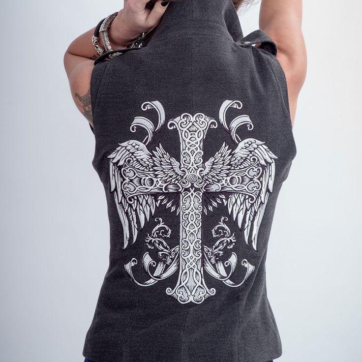 Наш абсолютный фаворит среди жилетов коллекции - жилет Angel с вышивкой шелковой нитью на спине. Пре…