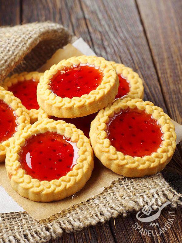The strawberry jelly biscuits - Le Coroncine alla gelatina di fragole sono squisitezze al fresco sapore di fragola tutte da mordere. Da regalarsi o regalare!
