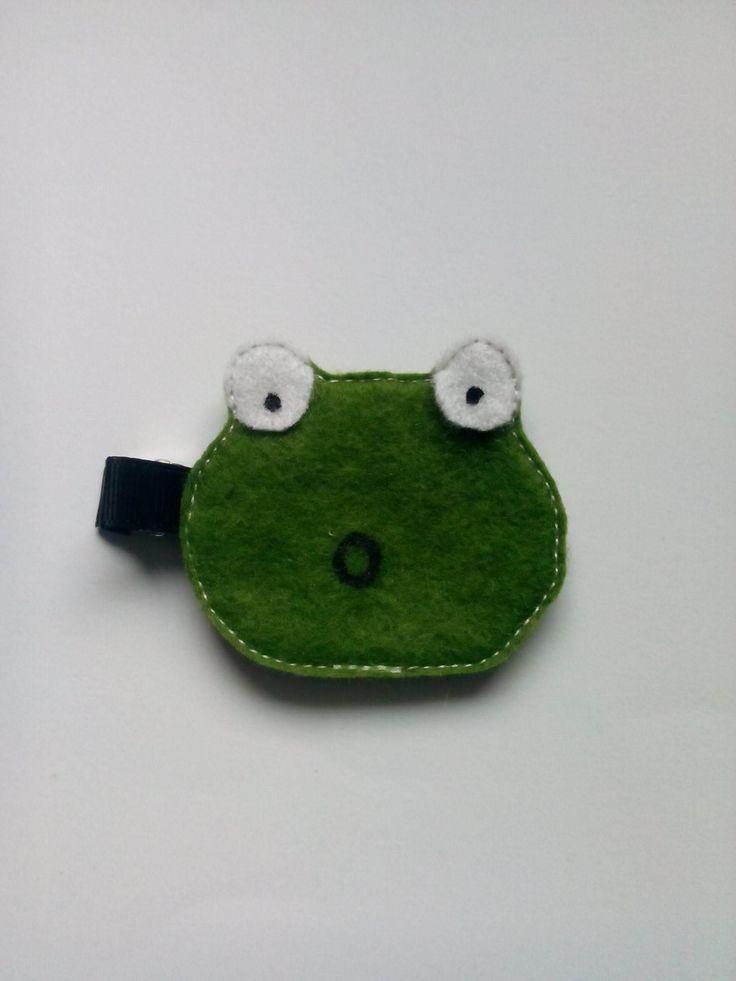 Spinka żabka wykonana z filcu. Wym. 5×5,5cm, klips: aligator 4,5cm.
