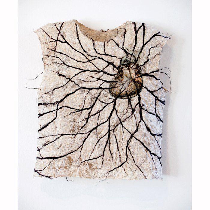 Raija Jokinen Pahaa verta / Poisoned Blood (2005, 8 x 42 x 46 cm) pellavakuitu / flax