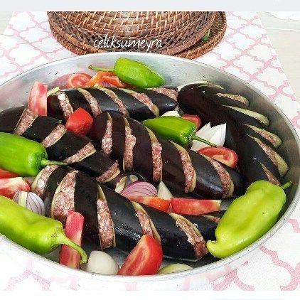 En güzel mutfak paylaşımları için kanalımıza abone olunuz. http://www.kadinika.com Emek ve sunum sahibi ellerinize sağlık @celiksumeyra Sabahın köründe yemegi hazır olanlar sizlere de selam olsun Yapmak isteyenler için tarif veriyorum Gerekli malzemeler Köftesi için. .. 250 gram orta yağlı kuzu kiyma bir adet rendelenmis sogan 3 dis sarmisak bir yemek kasıgı un bir yumurta 2 dilim islami bayat ekmek ici tuz Öncelikle tüm malzemeleri bi kaba koyup iyice yoguralım Ardından minik minik köfteler…