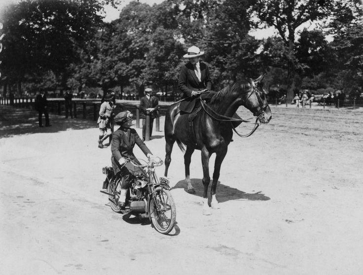 Une femme conduisant sa moto à côté d'une femme à cheval, à Londres, 1921.
