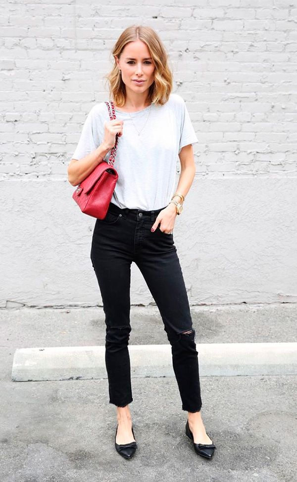 Street style look camiseta branca, calça jeans, scarpin e bolsa vermelha.
