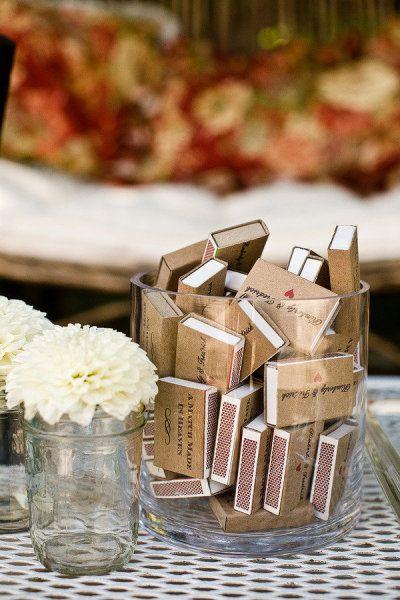 idée cadeau pour les invités: des petites boites d'allumettes avec logo dessus