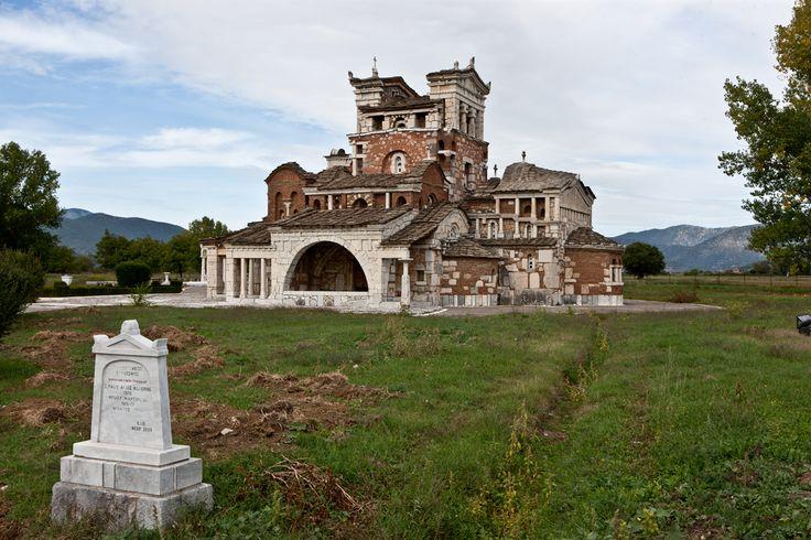 Ο Ιερός Ναός της Αγίας Φωτεινής βρίσκεται δυτικά στον αρχαιολογικό χώρο της Αρχαίας Μαντινείας. Ανήκει στο Μαντινειακό Σύνδεσμο. Η θεμελίωσή του έγινε το έτος 1969 και τα εγκαίνια το 1978.