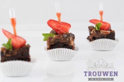 www.trouwenineigentuin.nl Zoetje hapjes van chocolade, verse aardbei, munt en couli van aardbei in pipetje. Heerlijk tijdens een high tea.