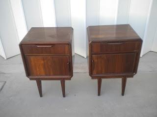 par de mesas de cabeceira