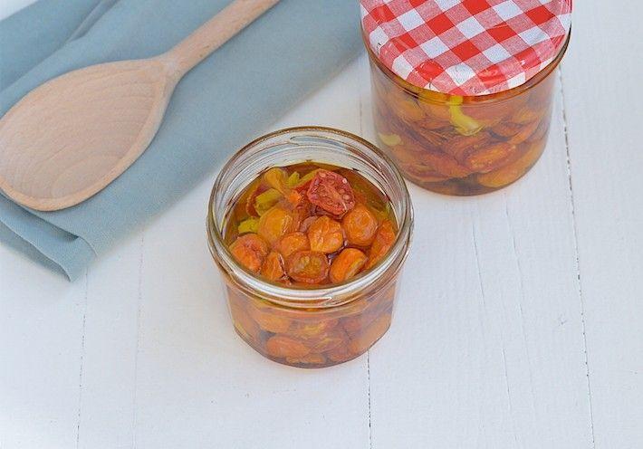 Zelf zongedroogde tomaatjes uit de oven maken is leuk en supermakkelijk.