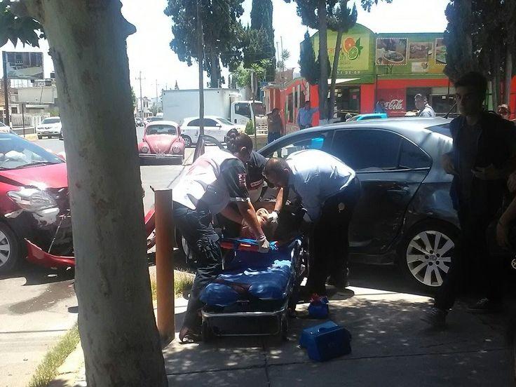<p>Chihuahua, Chih.- Se registró un choque el cual involucro a cuatro vehículos en el cruce de las calles 27 y Altamirano en la colonia Santo