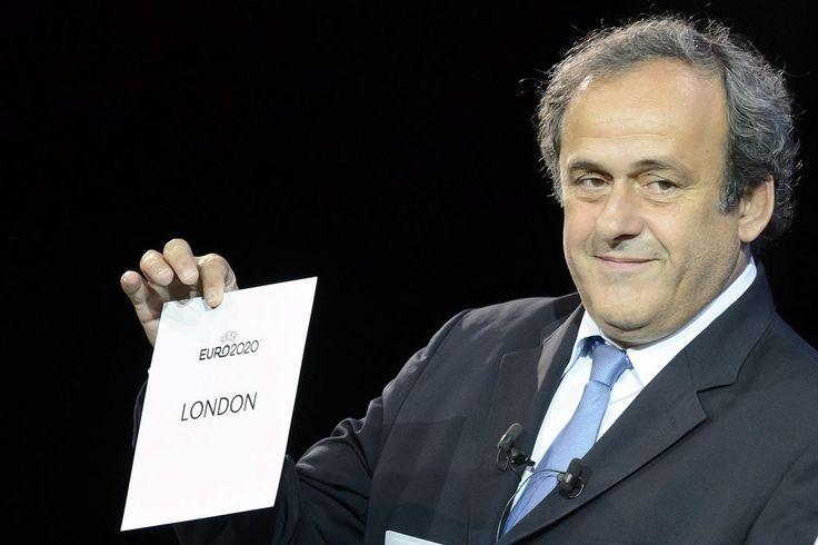 """Michel Platini: Taten statt Worte - Es war ein klassisches """"Rot-Foul"""", das am Dienstag beim abgebrochenen EM-Qualifikationsspiel zwischen Serbien und Albanien verübt wurde. Mehr zur Person: http://www.nachrichten.at/nachrichten/meinung/menschen/Michel-Platini-Taten-statt-Worte;art111731,1521401 (Bild: epa)"""