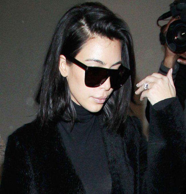 Kim Kardashian porte des lunettes de soleil à la monture graphique