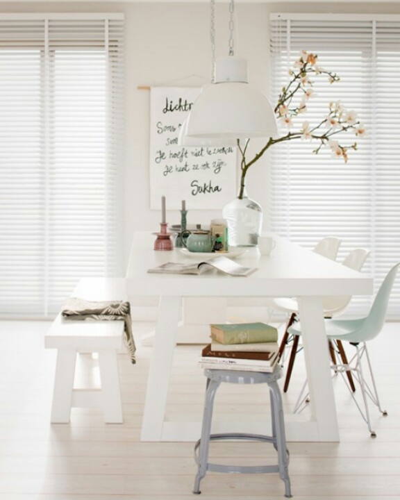 De essenties van een gezellig aangeklede eettafel: groot schilderij, bloem of tak in vaas en een paar kaarsen. Doen bij onze eettafel.