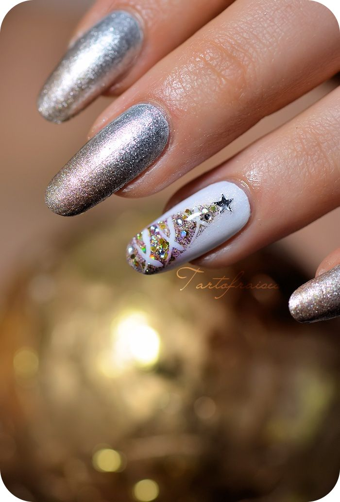 "A ""little"" early but I love this mani! lol! Tartofraises Christmas #nail #nails #nailart"