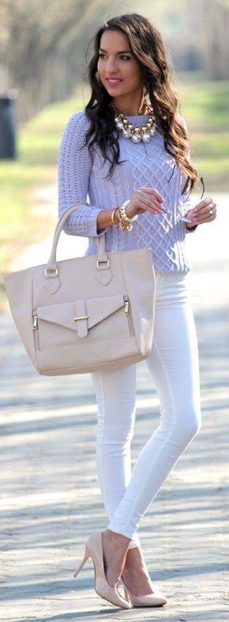 Tenue: Pull torsadé violet clair, Jean skinny blanc, Escarpins en cuir , Sac fourre-tout en cuir beige
