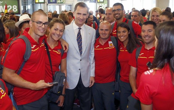 Rei Felipe VI da Espanha aeroporto de Madrid (Foto:  King Felipe VI Of Spain poses with )