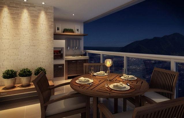 À noite, com a iluminação adequada, a varanda pode revelar um clima romântico. A vela sobre a mesa e o efeito de luz na parede contribuem para esse cenário.   �