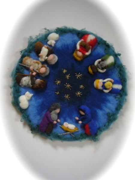 Wandbild mit Joseph,Maria und Christkind.  3 Hirten und 2 Schafe.  3 Könige mit ihre Gaben.  Wandbild ist 42 cm. im Durchmesser.  Nassgefilzt,Trockeng